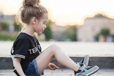 22 denim shorts, a printed tee and chucks