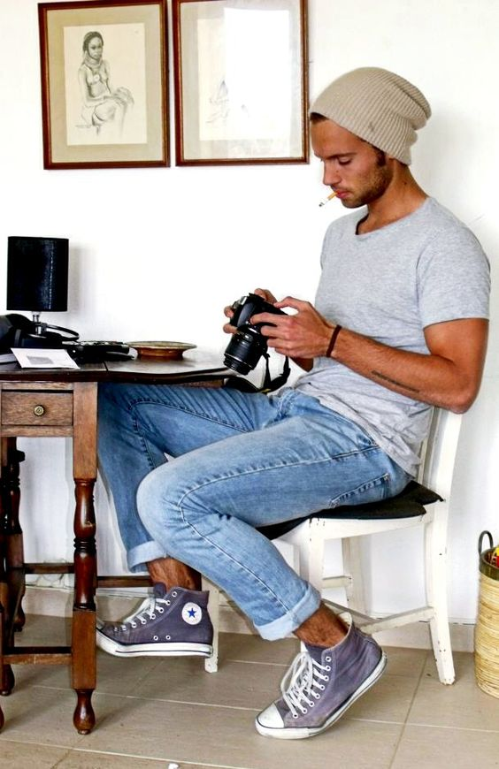 22 light jeans, a grey tee and grey sneakers for a casual look