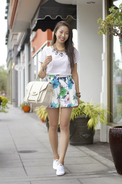 Elegant look with watercolor shorts, white blouse, sneakers and statement necklace