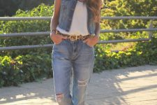 Look with cuffed jeans and vest