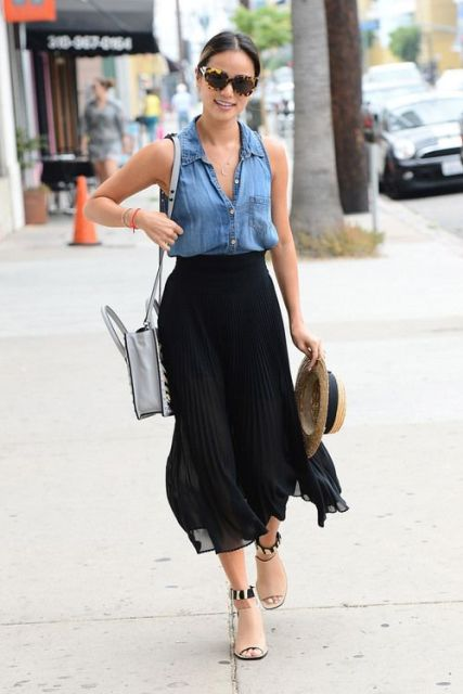 Look with denim top and black pleated skirt