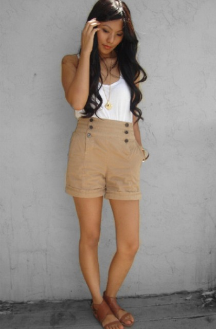 Look with high-waisted beige shorts and flat sandals