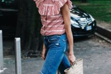 Look with ruffle blouse, jeand and small straw bag