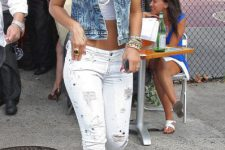 Look with top, white jeans and denim vest