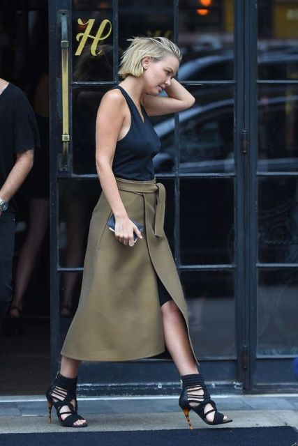 Look with wrapped midi skirt, black top and lace up heels