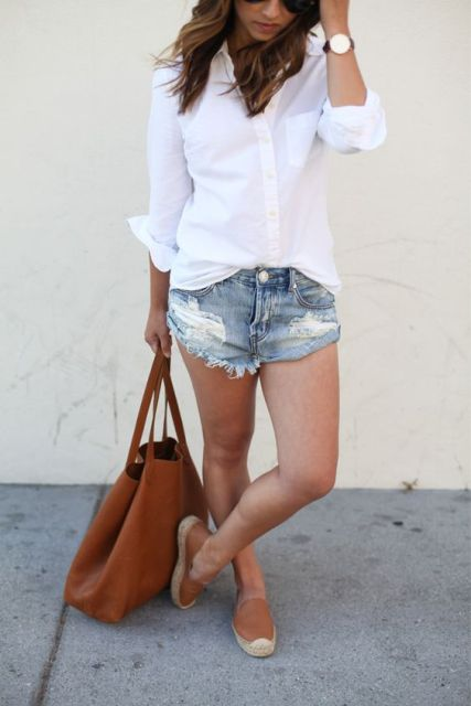 Relaxed look with white shirt and mini denim shorts