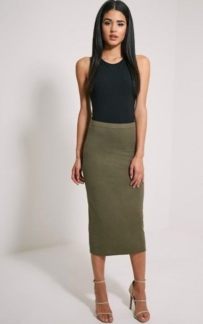 Simple but chic look with pencil skirt and heels