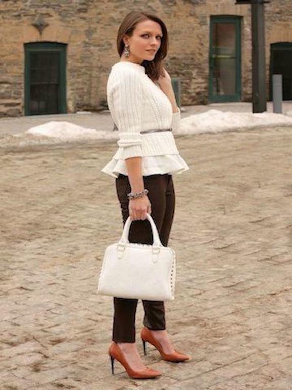 With brown trousers, white bag and pumps