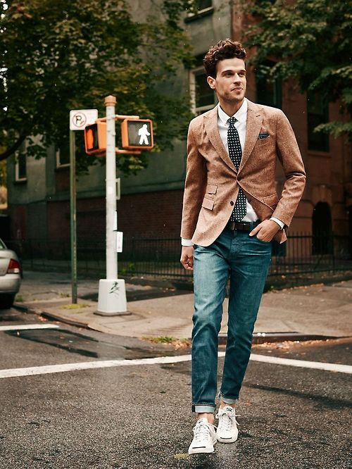 ocher jacket, blue jeans, a white shirt and a tie