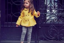 25 plaid grey trousers, a yellow coat, yellow and black shoes