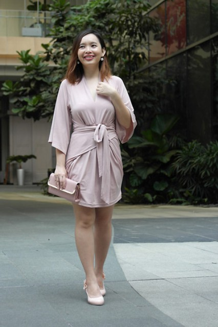 Light pink color look with dress pumps and clutch