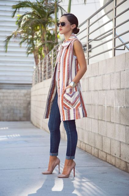 Printed long vest with jeans and pumps