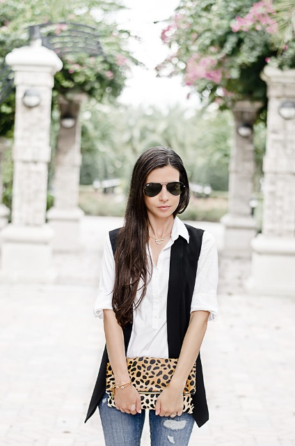 With eye-catching leopard clutch