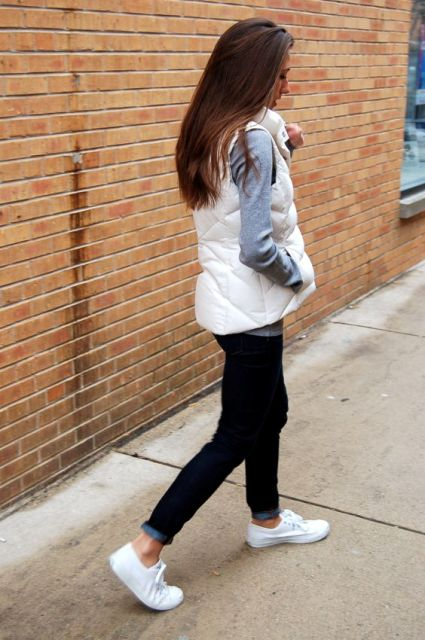 With gray shirt, dark color jeans and sneakers fall outfit