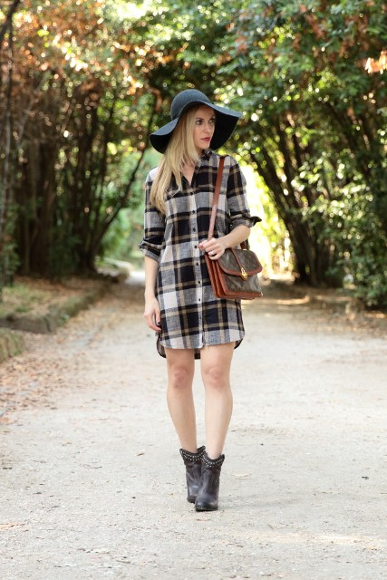 With wide brim hat, two color bag and black boots