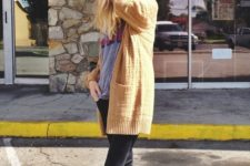 07 black jeans, a yellow cardigan and checkerboard shoes