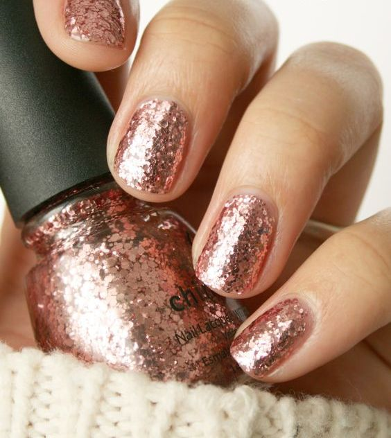 rose gold glitter nails are very feminine, perfect for spring and fall