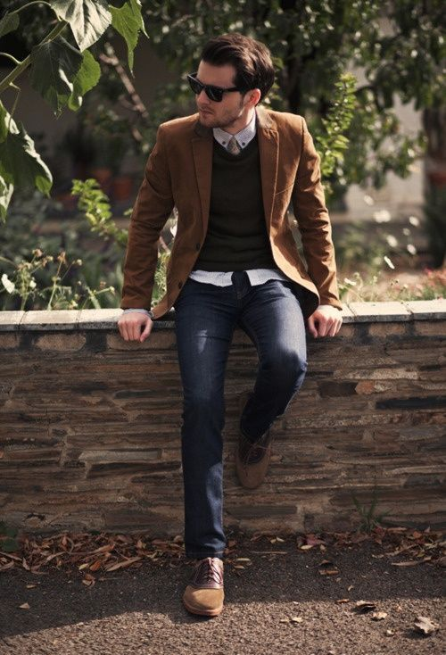jeans, a black sweater, an ocher jacket and shoes