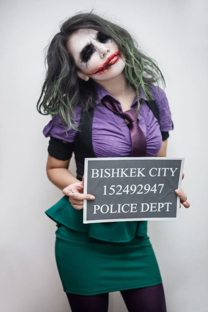Joker girl costume with a chracteristic makeup
