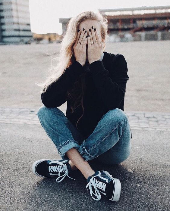 jeans, a black cardigan and sneakers