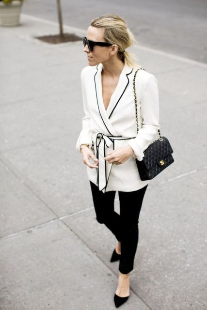 Black and white outfit with skinny pants, classic pumps and chain strap bag