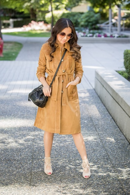 Knee-length coat with crossbody bag and heels