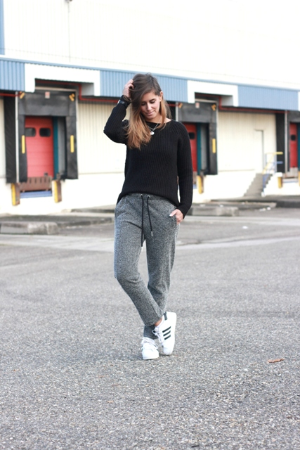 Sporty look with loose black shirt and sneakers