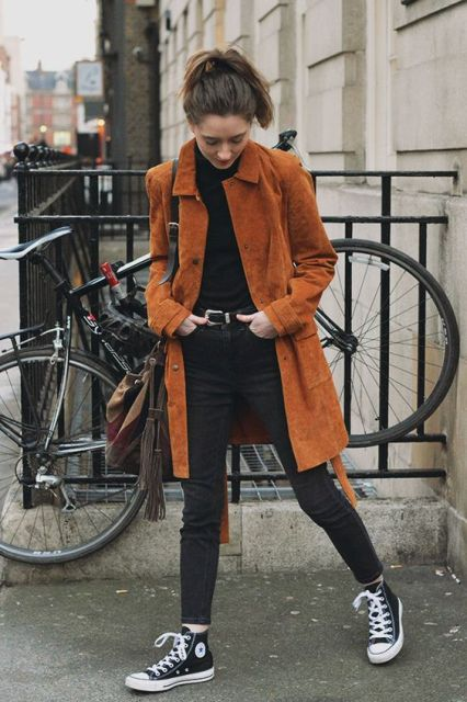 Fall look with converse sneakers, black turtleneck, and skinny jeans