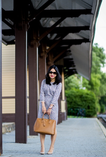 With neutral pumps and light brown bag