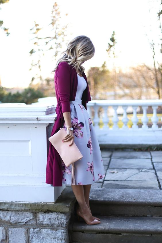 feminine look with a floral midi, a white top, nude heels and a purple long cardigan
