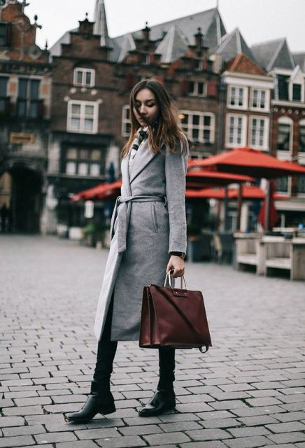 Gray coat with black pants, flat boots and brown big bag is a great combo for a rainy fall day.
