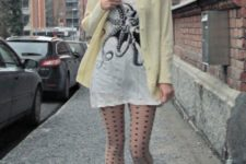 With long t-shirt, printed tights and light yellow jacket
