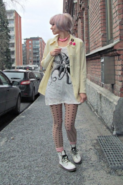 With long t shirt, printed tights and light yellow jacket