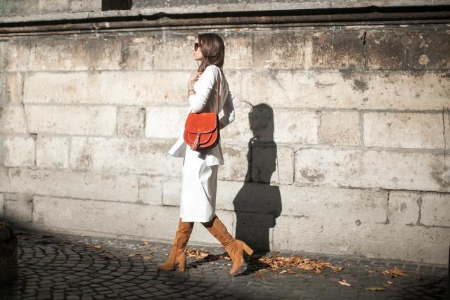 With midi skirt, long blazer and eye-catching bag