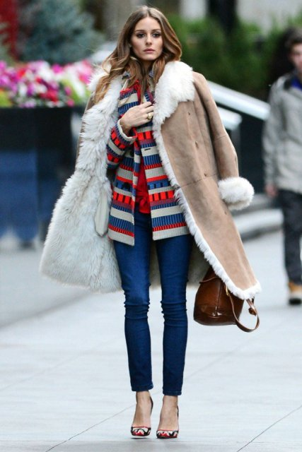 With printed jacket, skinny jeans and printed pumps