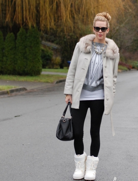With printed sweater, leggings and light gray coat with fur collar
