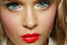 03 bold red lips for a sexy holiday look