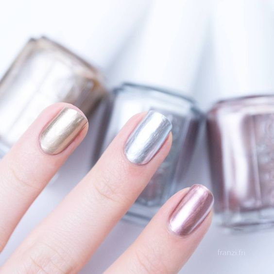 different metallic touches for one natural-looking manicure