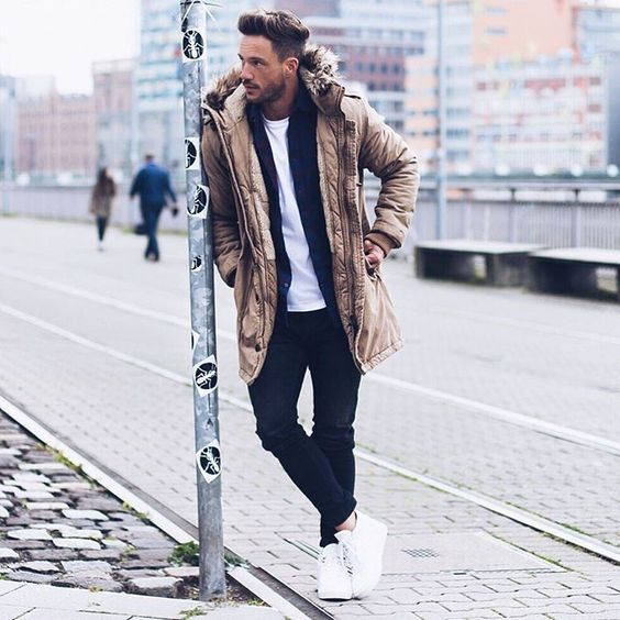 a t-shirt, a black cardigan and a parka for a weekend look