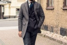 21 vintage-inspired look with a black suit, a tweed coat and a tie