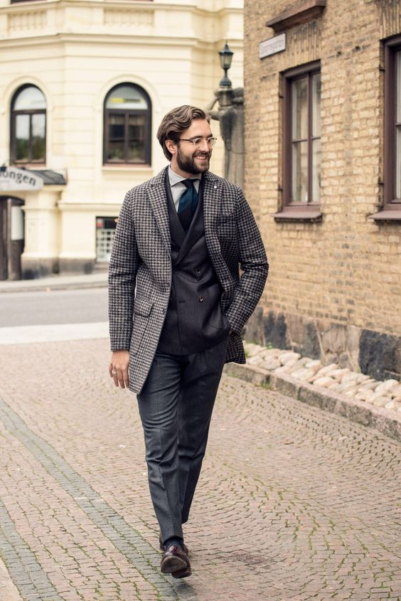 vintage inspired look with a black suit, a tweed coat and a tie