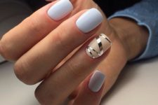 07 white manicure with a beige and silver stencil nail