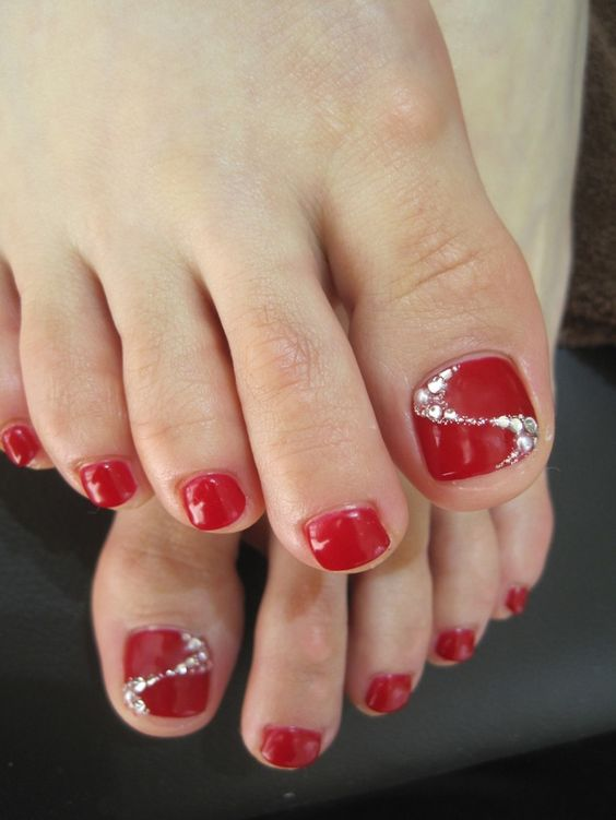 red nails with glitter accents - 19 Cute Toe Nail Designs For Winter - Styleoholic