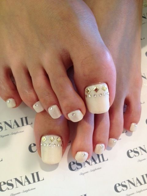 white nails with studs are always stylish and winter-like