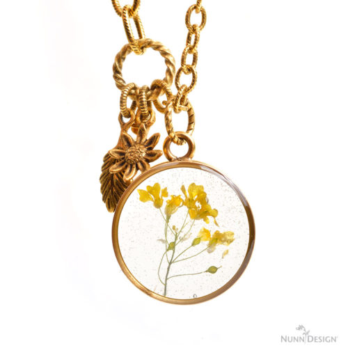 DIY dried flower resin pendants (via www.nunndesign.com)