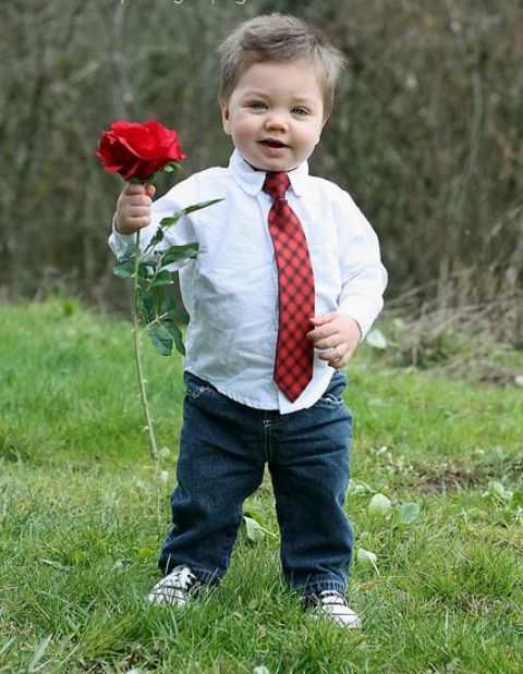 jeans, a white shirt, a patterned tie and Converse is definitely a romantic and stylish outfit for a boy.