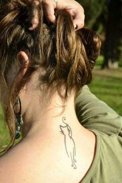 ideas de tatuajes de gatos para mujer pequeños - Tatuaje elegante en la espalda