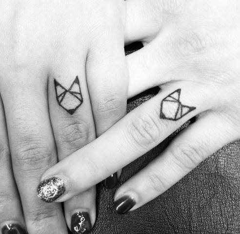 Geometric tattoo on the fingers
