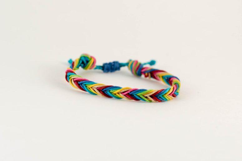 DIY fishtail braid macrame friendship bracelet (via likelybysea.com)