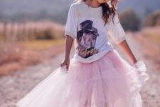 02 a blush long tutu, a printed t-shirt and pink Converse